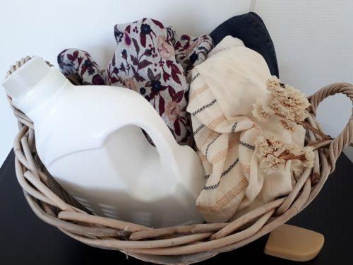 Cinq gestes simples pour prendre soin de ses vêtements sans effort particulier à appliquer au quotidien pour allonger considérablement leur durée de vie.