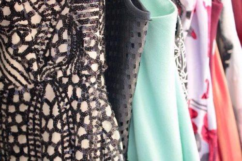 Plutôt que d'acheter une robe pour une occasion spéciale que l'on ne portera qu'une fois la location de robe de soirée est une bonne alternative éco-responsable. Et je vous recommande tout particulièrement Adopte une robe.