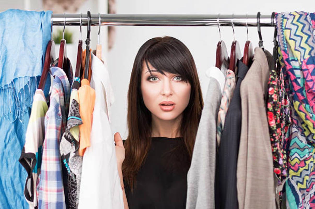 Un vrai dilemme de définir LE bon vêtement devant des placards qui débordent et avec une industrie vestimentaire quicrée la confusion dans les esprits.