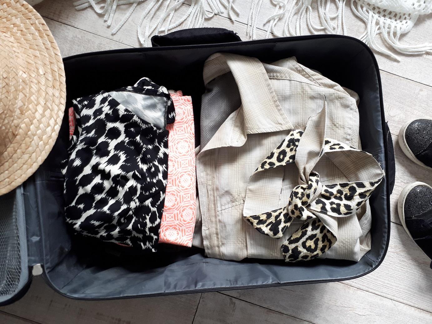 Par peur de manque, on charge souvent bien trop sa valise. Pour vous aider, je vous livre mes astuces pour une valise minimaliste avec laquelle vous ne manquerez de rien.