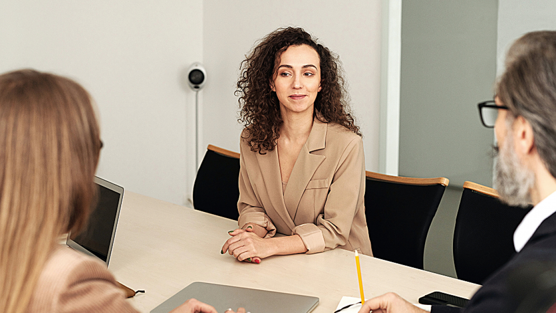 Comment s'habiller pour un entretien ? Un point à ne pas négliger quand on sait que 55% de la communication passe par le non verbal.