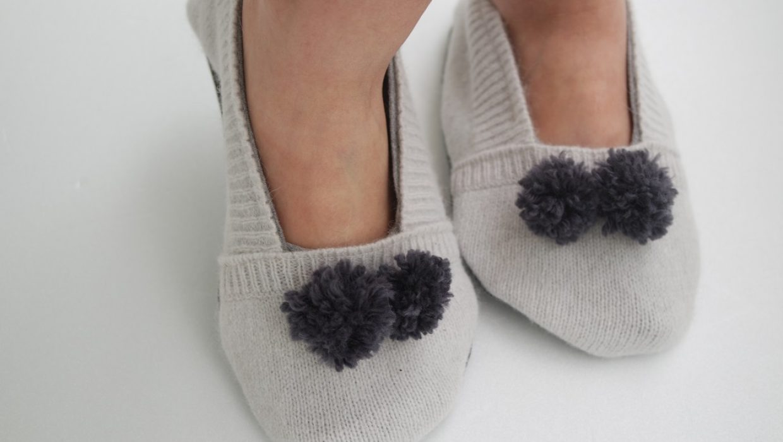 Ne jetez plus vos vieux pull, utilisez les pour réaliser de petites pantoufles douillettes pour l'hiver.