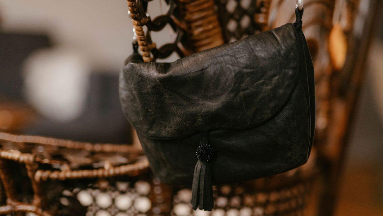 Il n'y a pas plus pratique qu'un sac bandoulière. Je vous propose de découvrir le modèle que j'ai réalisé en cuir de récupération.