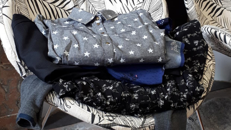 Trier ses vêtements une bonne fois pour toute, c'est une étape cruciale pour constituer sa garde-robe idéale. Je vous explique comment faire.